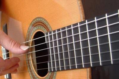 Imparare a suonare la chitarra: un hobby da coltivare